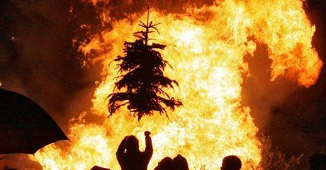 Kerstboomverbranding met boom in vuur